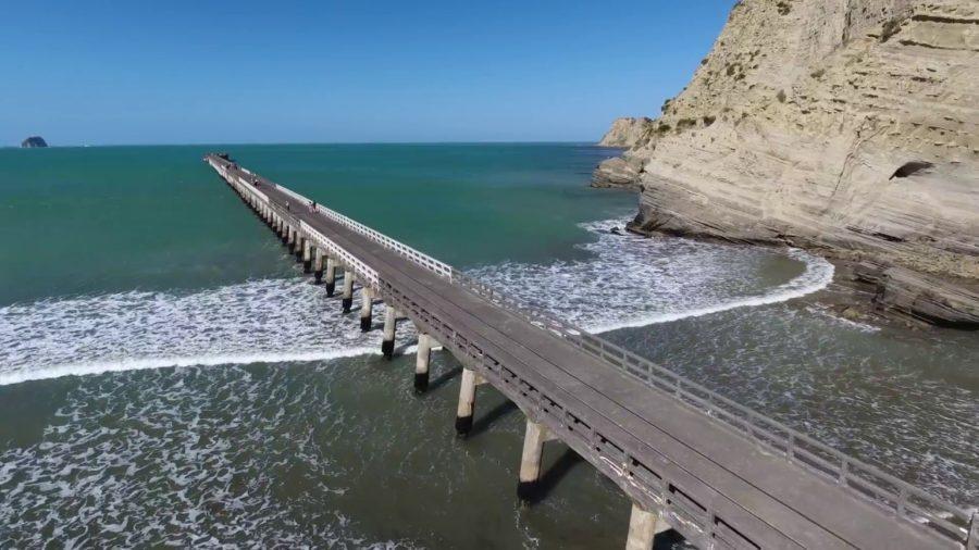 ニュージーランド・トラガベイでサーフィン