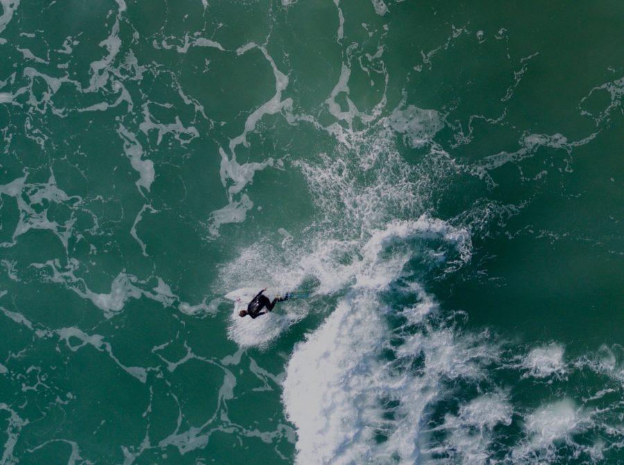 ドローンによるサーフィンの空撮写真