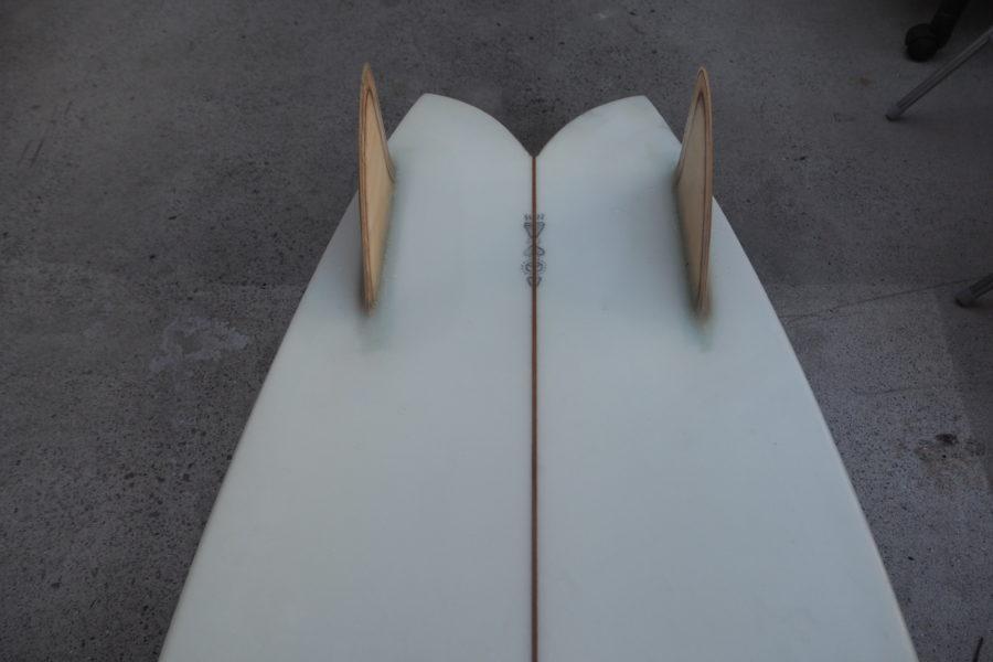サーフボードの真ん中を走る木材は『ストリンガー』