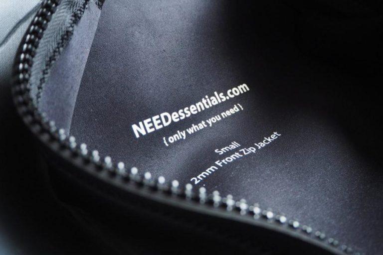 ブランド名はウェットスーツの裏側のみに記載
