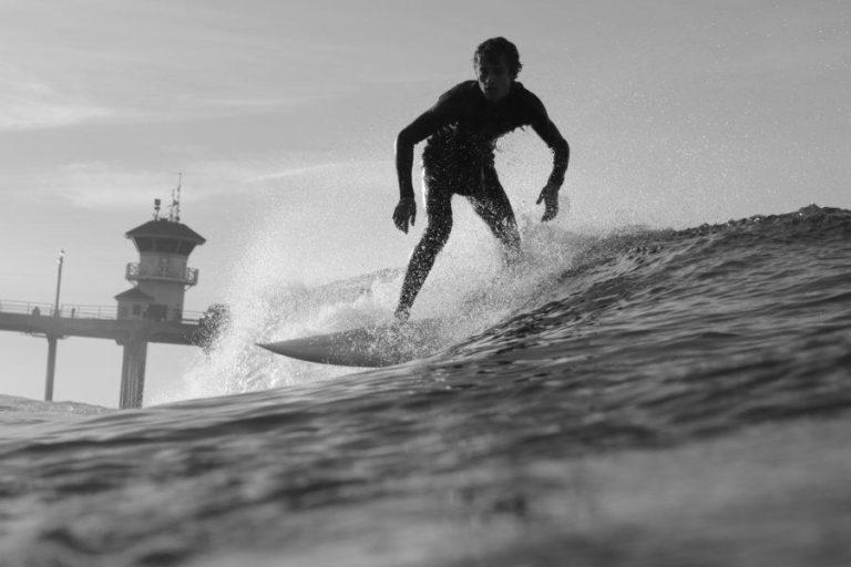 シングルフィンのショートボードでサーフィン