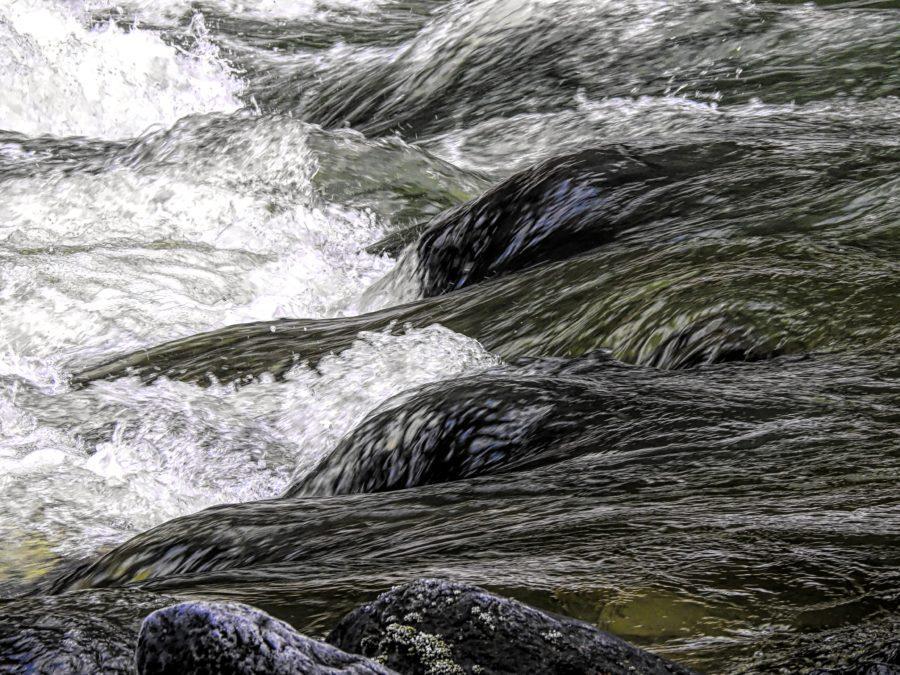 非常に水深が低い川で行うリバーサーフィン