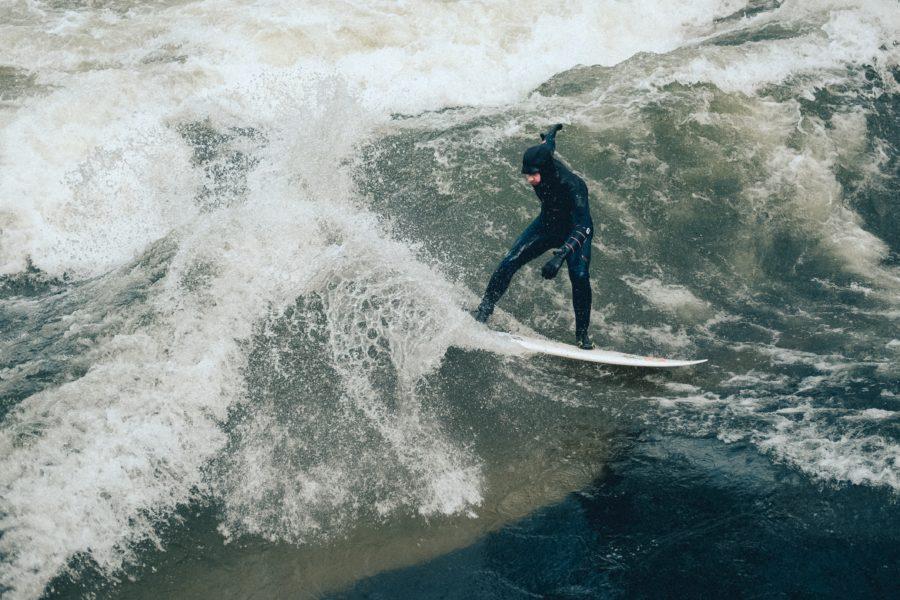上半身を動かす反動を利用したサーフィンのターン例