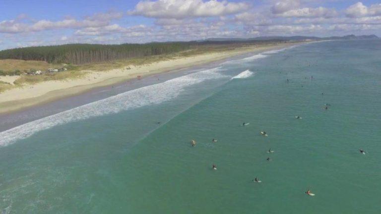 透明度抜群のテアライビーチでサーフィン【ニュージーランド波情報】