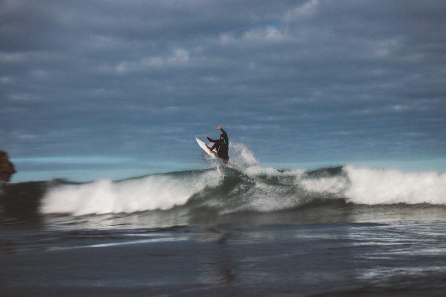 オークランドから車で1時間のピハビーチでサーフィン