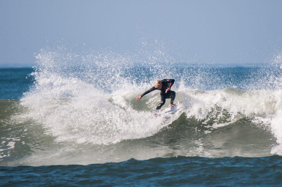 腕と手のひらの使い方を学べばサーフィンのターンが上達する